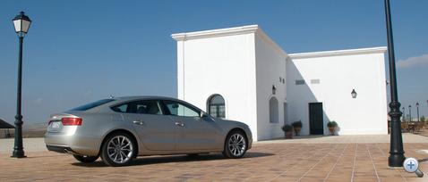 Az A5 Sportback sem lett otromba, a plusz két ajtó méginkább nyúlánkabbá teszi a sziluettet