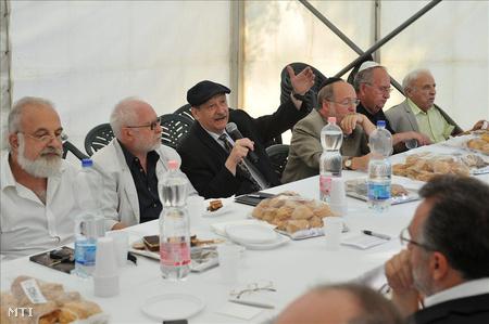 Streit Sándor, a Budapesti Zsidó Hitközség elnöke beszél az Én is magyar zsidó vagyok elnevezésű kampányrendezvényen, amelyet a közelgő népszámláláshoz kapcsolódóan tartottak a budapesti Kárpát utcában felállított sátorban. Mellette ül Feldmájer Péter, Tordai Péter, a Mazsihisz elnökségi tagja és Zoltai Gusztáv.