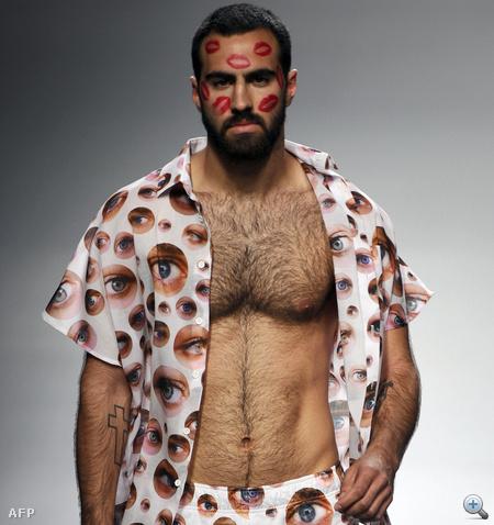 Egy modell Carlos Diez divatbemutatóján a Cibeles Madrid Divathéten