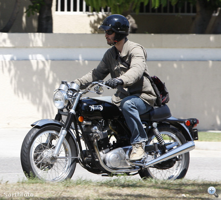 Keanu Reeves a motorján - Norton Commando 750