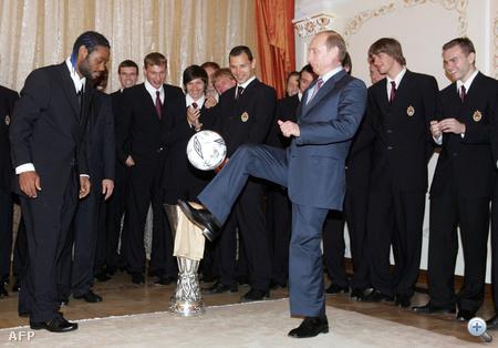 2005. május 21. Elnöki dekázgatás a CSSZKA Moszkva UEFA-kupa győztes focicsapatával.