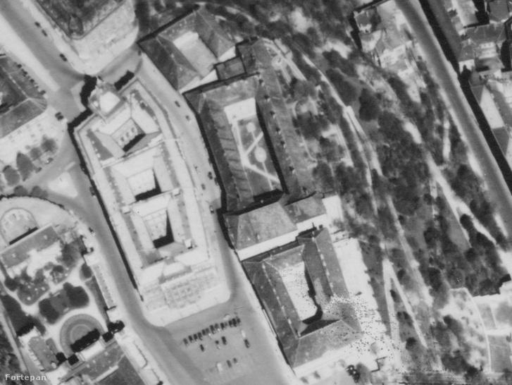 A karmelita kolostor környéke egy 1944-es legi felvételen. Balra fenn a Dísz tér, baloldalt a világos tetejű épület a Honvéd Főparancsnokság (a három udvarból ma már csak a legfelső van meg csonkán). Középen a kolostor tömbje a belső udvarral - déli oldalon jól elkülönül a templom szárnya. A kép alján a Sándor-palota, felül az egykori Tábori Püspökség U alakú épülete