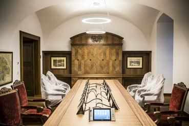 A történelmi bútorok kisebbik része restaurált, többségük hiteles másolat