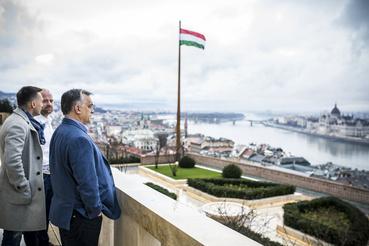Rogán Antal és Orbán Viktor a miniszterelnöki dolgozószoba előtti erkélyen. Tényleg érdekes ebből a szögből a Margit-sziget