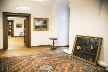 A képek a Nemzeti Galériából, a szőnyegek az Iparművészeti Múzeumból vannak