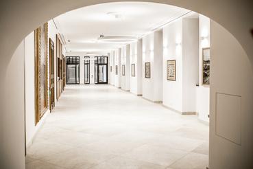 Ezen a folyosón lehet előadások alkalmával megközelíteni a színháztermet. Balra a ruhatár faburkolata