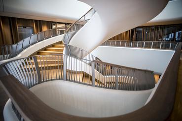 Organikus lépcsőtobzódás az új épületben