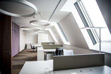 Irodahelyiségek az új ház tetőterében. Ugyanazok a lámpák vannak itt is, mint a miniszterelnöknél