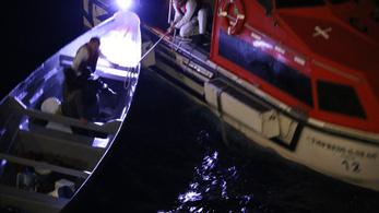 Három hét után mentette ki a luxushajó a két tengeren hánykolódó halászt