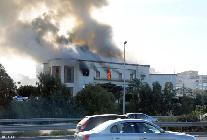 Lángok csapnak ki a külügyminisztérium épületének ablakából Tripoliban 2018. december 25-én                                                   </p>                         <div class=