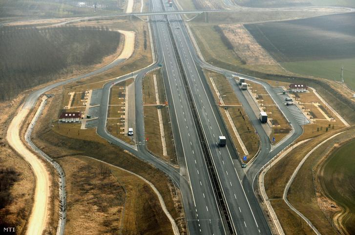 Az M6-os autópálya pihenője Adony közelében. A felvétel 2011. március 1-jén készült.