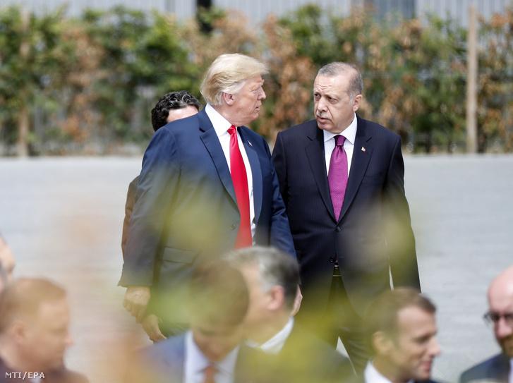 Donald Trump amerikai elnök (b) és Recep Tayyip Erdogan török elnök a NATO kétnapos brüsszeli csúcsértekezletének első napján, 2018. július 11-én.