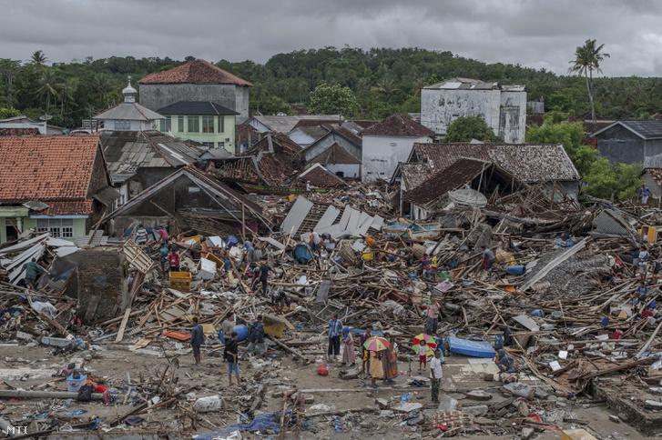 Romok között emberek az indonéziai Sumurban 2018. december 24-én, két nappal a Jáva és Szumátra szigetek közötti Szunda-szoros térségében, Banten és Lampung tartományokban keletkezett szökőár után.