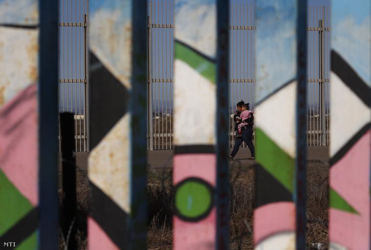 Az Egyesült Államokat Mexikótól elválasztó határkerítés, Tijuana városban 2018. december 4-én.