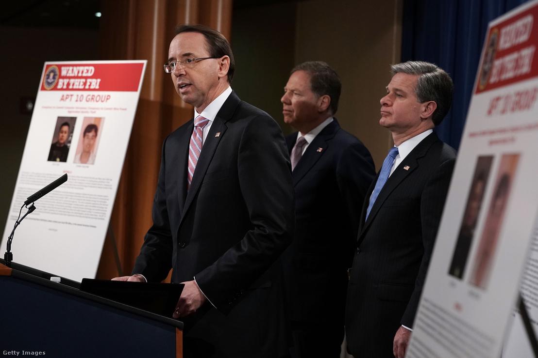 Rod Rosenstein helyettes igazságügyi miniszter, mögötte Geoffrey Berman, New York-i déli körzet államügyésze és az FBI igazgatója Christopher Wray, sajtótájékoztatót tartanak a Kínával kapcsolatos nemzetbiztonsági kémkedési ügyben 2018. december 20-án, Washingtonban. Zhu Hua és Zhang Shilong-ot gyanúsítják, hogy együttműködtek a Kínai Állambiztonsági Minisztériummal, hogy számítógépeket törjenek fel és személyes adatokat lopjanak.
