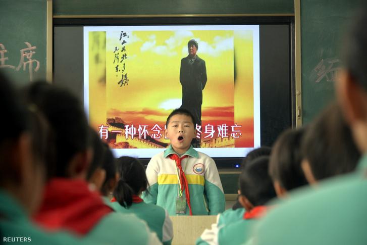 Általános iskolai diákok szavalnak egy verset Mao Ce-tung születésének 125. évfordulója alkalmából Liaocheng-ben, 2018. december 26-án