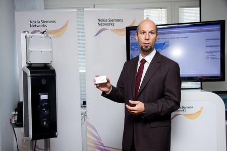 Fintor András üzletfejlesztési igazgató bemutatja az autótöltőt