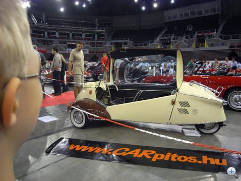 Ez is autó? - csodálkozik Norbi. Egyébként egy Messerschmitt Kabinroller KR200
