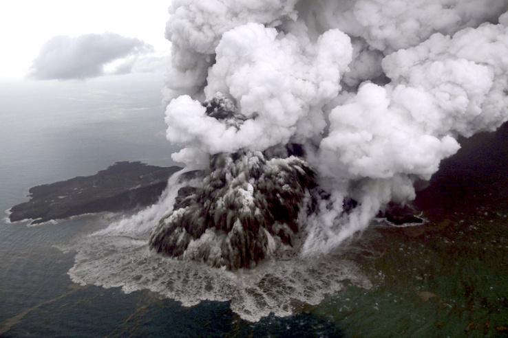 Az Anak Krakatau tűzhányó az indonéziai Szunda-szorosban 2018. december 23-án. Az indonéz hatóságok feltételezik, hogy a vulkán kitörése idézte elő december 22-én a Jáva és Szumátra szigetek közötti Szunda-szoros térségében, Banten és Lampung tartományokban keletkezett szökőárt, amelynek következtében legalább 281 ember életét vesztette, 57 eltűnt és több mint 1000 megsérült.
