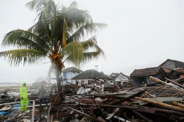 Törmelékek a tengerparton Sumurban a cunami után 2018. december 26-án