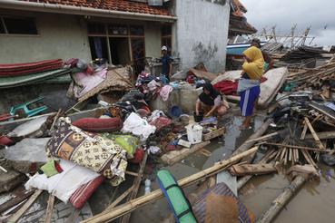 Tiszta vizet gyűjtenek helyiek az indonéziai Sumurban