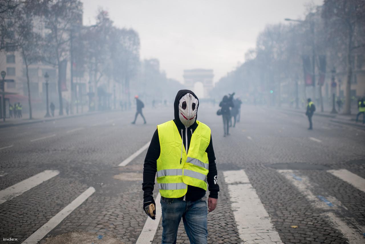 Először a közösségi médiában kezdődött tiltakozás Franciaországban az üzemanyagok árába épített környezetvédelmi adó januárra tervezett újabb emelése ellen. A felbőszült franciák november közepén mentek először utcára, és közel 300 ezren Franciaország számos pontján zártak le utakat a sárga láthatósági mellényben ácsorgó emberekről elnevezett sárga mellényes (gilets jaunes) tüntetők.                         A tüntetéseken egyre kevesebben vettek részt, de szombatonként így is sokan tiltakoztak Párizsban, ami tudósítónk szerint több hétvégén is csatatérré változott. A tüntetéseken a környezetvédelmi adó emelésének eltörlése mellett már a kormány, és Emmanuel Macron francia elnök politikáját bírálták. Eleinte a francia kormány hajthatatlan volt, ragaszkodott az adóemeléshez. Utána viszont visszakoztak, sőt, Macron minimálbér-emelést is bejelentett, és azt is elfogadták, hogy 2019-ben a túlórák után nem kell jövedelemadót, vagy más járulékot fizetni. Azonban a tüntetések azóta sem haltak el, a karácsony előtti szombaton is tízezrek tüntettek országszerte.