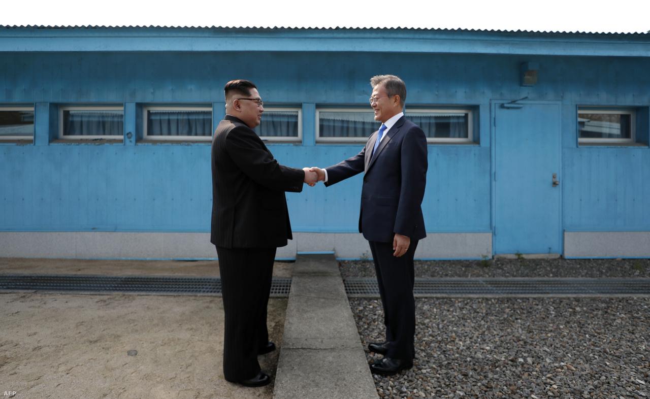 Miután 2017-ben csúcsra járt Észak-Korea atomprogramja, és kemény hangú üzengetések mentek Trump és Kim Dzsongun között, 2018 elején egy hirtelen váltással megindult enyhülés a két Korea között végül a phjongcshangi téli olimpia után odáig jutott, hogy Kim Dzsongun április végén találkozott Mun Dzsein dél-koreai elnökkel egy történelmi, harmadik Korea-közi csúcstalálkozón. A képen a két Koreát a demilitarizált övezetben elválasztó demarkációs vonalon átnyúló történelmi kézfogás látható.                         Ez alapozott meg a június 12-én Szingapúrban Trump és Kim között megtartott másik történelmi csúcstalálkozónak, amin hivatalban lévő amerikai elnök először ült le Észak-Korea aktuális diktátorával. Trump a június közepén tartott csúcstalálkozó után annak ellenére is sikerről beszélt, hogy csak nagy általánosságokban ígérte meg Észak-Korea, hogy a Koreai-félsziget teljes atommentesítésén fog dolgozni, és a legtöbb szakértő már akkor hiányolta a konkrétumokat, miközben az USA már a találkozó tényével is felemelte Kimet. Azóta megrekedtek a tárgyalások, és nem igazán sikerült közös nevezőre jutniuk. Trump és Kim arra viszont vigyázott, hogy bármi van, egymást ne támadja az üzengetések közepette sem, és 2019 elejére egy újabb csúcstalálkozót is tervbe vettek.                         A két Korea közeledése azóta is folytatódott, újra találkozhattak egymással szétszakított családok, a két Korea közösen nyert sárkányhajóban az Ázsiai Játékokon, néhány hete a vasúti hálózatokat kapcsolták össze.
