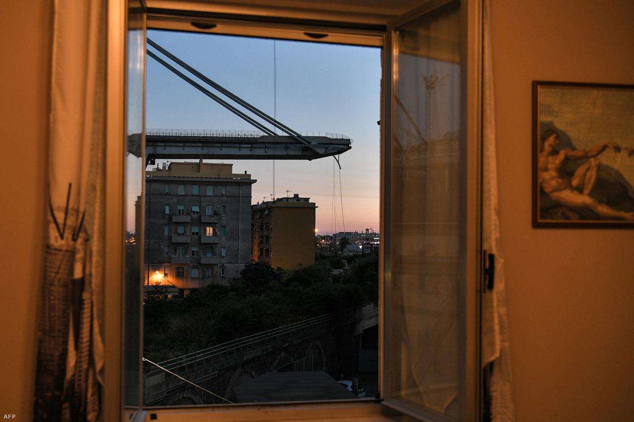 Augusztus 14-én részben összeomlott egy viadukt az olaszországi Genova közelében, 43 ember meghalt. A viharos időben az egyik pilon ledőlése után egy 100 méteres szakasz omlott le az autópályából, ezért autók és kamionok zuhantak 40 méteres mélységbe. Többen hihetetlen szerencsével úszták meg a balesetet. A 60-as években épült híd folyamatos felújítás alatt állt, a tragédiát alapvető szerkezeti hibái okozhatták, ezért politikai vihart is kavart az egész ügy.