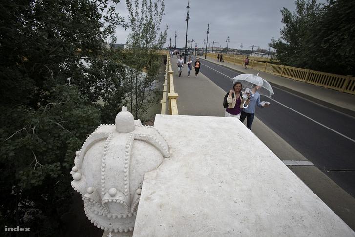 2012-ben készült kép, akkor is letörték a hidat díszítő koronáról a keresztet