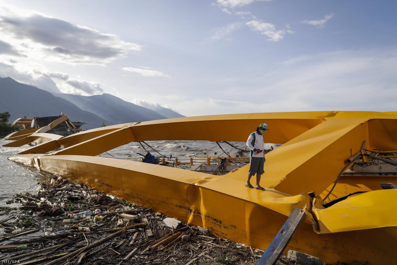 Leszakadt hídszerkezeten áll egy férfi Celebeszen (Sulawesi). Az indonéziai Celebeszt szeptember végén megrázó 7,5-ös erősségű földrengésnek, és az azt követő szökőárnak 2256 halottja volt, több mint tízezren megsebesültek. A földrengésben több mint 66 ezer ház megsemmisült, több mint 74 ezer ember vesztette el otthonát. Emellett pedig közel 200 ezer embernek volt szüksége sürgős segítségre a történtek után.                         December 23-án aztán újabb súlyos szökőár csapott le az Indonéziához tartozó Szunda tengeri szorosra. 429-en meghaltak, és közel ezerötszázan megsebesültek. A szökőárt a szorosban lévő Krakatau vulkán kitörése, és az azt követő víz alatti földcsuszamlás váltotta ki. Mivel nem észleltek földrengést, a hatóságok nem fújtak időben riadót.