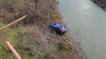 Átszakította a híd korlátját, és tíz métert zuhant az autójával