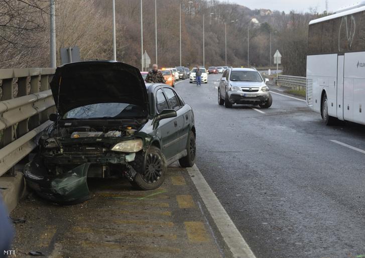 Összetört személygépkocsik 2018. december 27-én az M7-es autópályán Törökbálint térségében, ahol tömegbaleset történt. A Balaton felé vezető oldalon hét személyautó, egy kisbusz és egy menetrend szerinti busz karambolozott. A balesetben három ember sérült meg könnyebben, a buszon tizenhárman utaztak, egyiküknek sem esett baja.