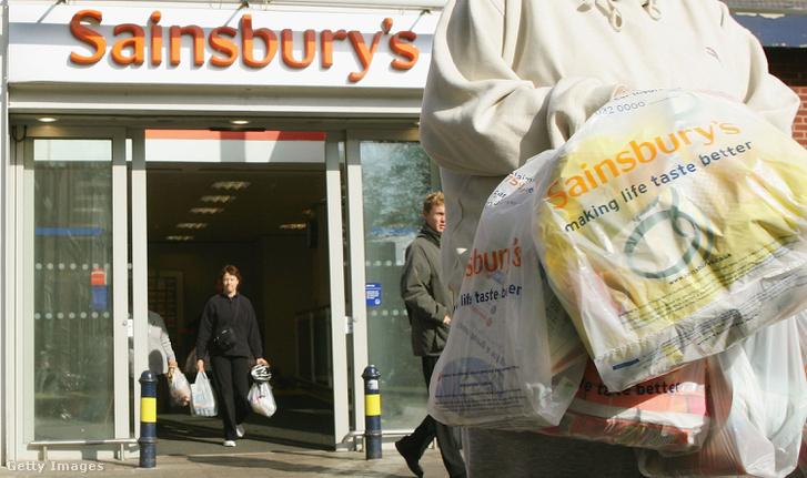 Vásárló hagyja el az angliai Sainsbury üzletét