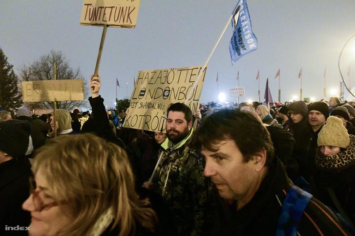 Túlóratörvény elleni tüntetés 2018. december 21-én a Sándor-palota előtt