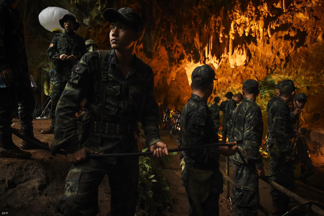 Júniusban néhány hétig az egész világ egy hollywoodi producerek figyelmét is felkeltő thaiföldi mentőakcióra figyelt, miután tizenkét 11-16 éves fiatal, és 25 éves edzőjük a turisták által kedvelt Tham Luang barlangban rekedt, ahonnan a heves esőzések miatt már nem tudott kijönni. Villámgyorsan megemelkedett ugyanis a vízszint a járatokban. Végül csak kilenc nappal később ért el két brit búvár arra a részre, ahova visszahúzódtak a víz elől.                          A kezdeti eufória mellett világossá vált, amit a mentőegységek rögtön hangsúlyoztak: még komoly feladatot jelent a csapat kimenekítése a barlangból. A sokszor víz alatt vezető út még tapasztalt búvároknak is megterhelő volt, a mentőakció előkészítése közben meghalt egy olyan thai búvár, aki az útvonal mentén helyezett el levegős palackokat. Végül három csoportra osztva hozták ki a gyerekeket.