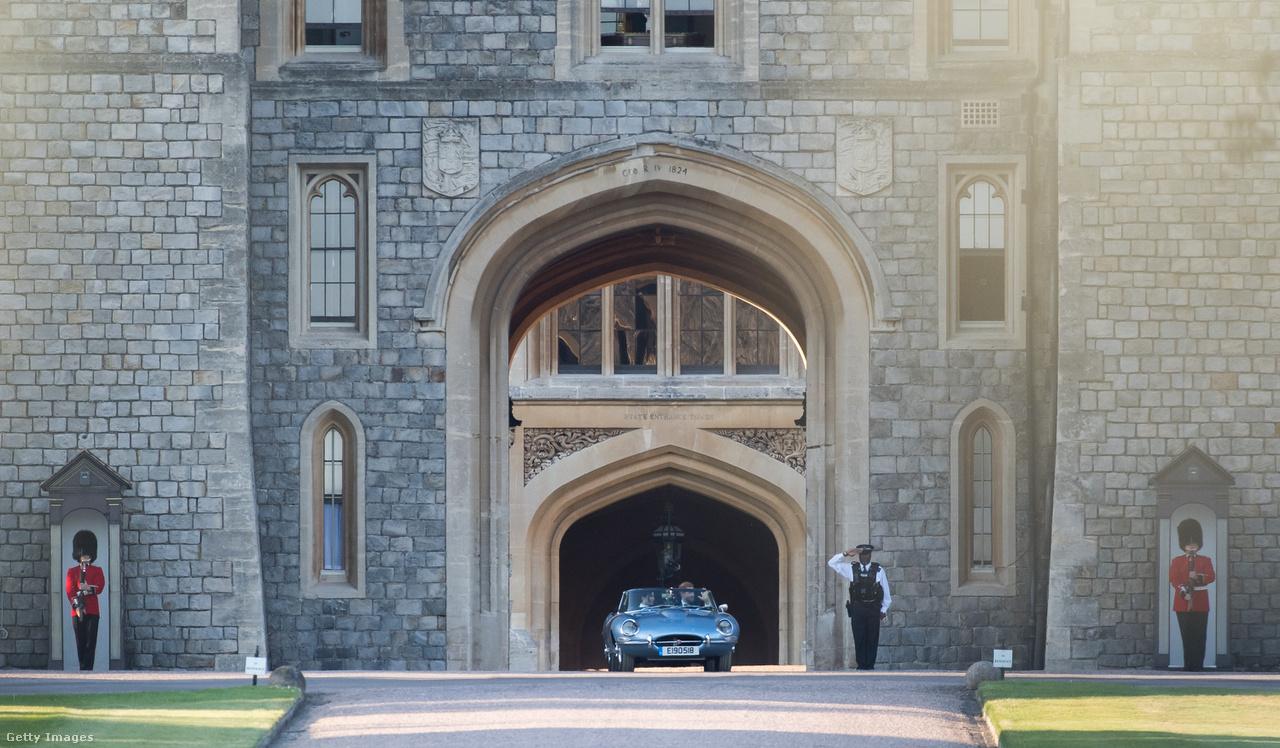 Május 19-én tartották Nagy-Britanniában Harry herceg és az amerikai Meghan Markle esküvőjét. A szertartást a Windsor kastélynál lévő Szent György-kápolnában tartották, több mint kétezer embert hívtak meg, és az út szélén is végig álltak az emberek, de a tévében is sokan voltak kíváncsiak a hercegi esküvőre. Meghan Markle-t Károly herceg vezette az oltárhoz, ahol a katonai egyenruhába öltözött Harry várta. Ő lett Sussex hercegnője.                         A képen a Jaguar Land Rover klasszikus E-type-jának elektromos változata látható, amin Harryék az esküvő után elhagyták Windsort. Októberben azt is bejelentették, hogy Meghan hercegnő terhes, a brit trónutódlási sorban a hetedik helyet elfoglaló gyermek majd 2019-ben születik meg.