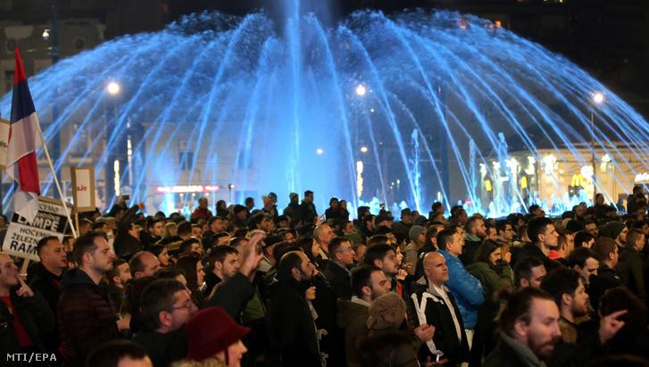 Tüntetők Aleksandar Vučić szerb elnök ellen tiltakoznak Belgrádban 2018. december 22-én. Ez sorozatban a harmadik szombati tüntetés az elnök és kormányzata ellen a szerb fővárosban.
