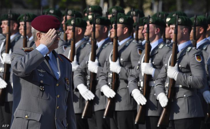 Eberhard Zorn, a Bundeswehr főfelügyelője, ellenőrzi a díszőrséget a beiktatási ceremóniáján Berlinben, 2018 április 19-én
