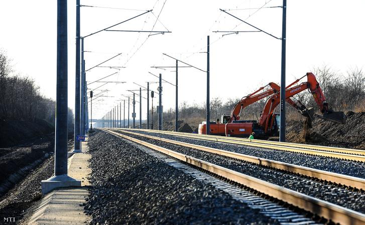 A forgalomnak átadott szakasz. A pályatest felújítása elkészült, az al és felépítményi kivitelezés tovább folytatódik az Ebes- Debrecen vasútvonalon 2018. december 5-én