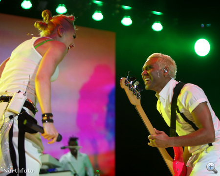 Gwen Stefani és Tony Kanal a No Doubt együttes énekesnője és basszusgitárosa. Együtt jártak jó ideig, de kapcsolatuk néhány év után véget ért. Erről a szakításról szól a Don't Speak című szám, ami hirtelen meghozta a világsikert az együttes számára 1996-ban. Stefani és Kanal nem tehetett mást, folytatták a közös munkát egészen 2004-ig. Akkor a No Doubt feloszlott, de 2008. óta újra együtt vannak, igaz, albumot azóta még nem sikerült kiadniuk