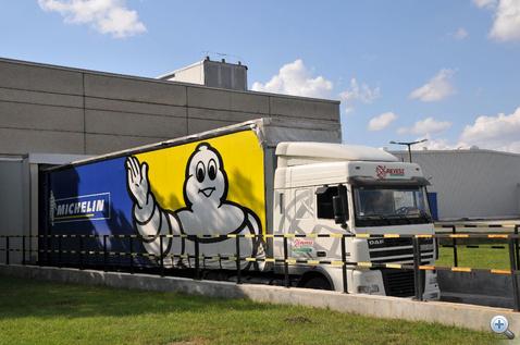Egy titkos kamion titkos gumikat szállít titkos helyre