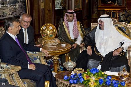 Rijádban, Szaúd-Arábia fővárosában Orbán Viktor miniszterelnököt fogadja Abdallah bin Abdel-Aziz, az örökletes monarchia királya (j)