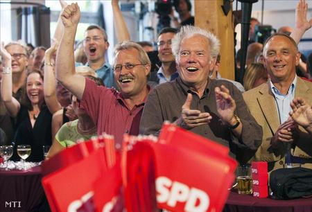 A kormányzó Német Szociáldemokrata Párt, az SPD támogatói ünnepelnek Schwerinben, miután pártjuk győzött a németországi Mecklenburg-Elő-Pomerániában tartott tartományi parlamenti választásokon