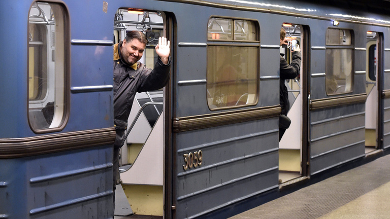 Subways and suburban railways in operation all night on New Year's Eve