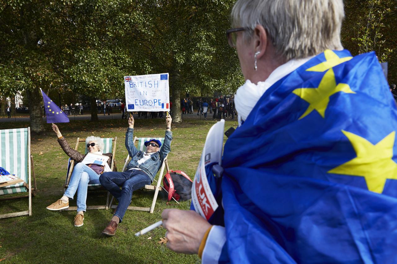 Brexit-ellenes tüntetők Londonban. 2003 óta a legnagyobb tüntetést tartották Londonban október közepén, amikor több százezer ember vonult utcára, hogy beleszólást követeljen a brexitről szóló megállapodásba. Theresa May miniszterelnök csak nagy nehezen tudott kialkudni egy olyan kompromisszumos megállapodást a kilépés feltételrendszeréről az EU-val, amit aztán a bent maradó 27 tagország jóváhagyott. A brit politikusok között azonban egyáltalán nem volt meg az egyetértés, még May saját pártján, a torykon belül sem, ennek pedig az lett a vége, hogy december közepén el kellett halasztania a brit alsóházban a sorsdöntő szavazást a megállapodásról                         A párton belül bizalmatlansági indítványt is kezdeményeztek May ellen, ami azonban elbukott, és így egy évig nem lehet új bizalmi szavazást kiírni May ellen a párton belül, de a brexitmegállapodásának jövője nem lett fényesebb a brit alsóházban. May visszament tárgyalni az EU-val, de már előre jelezték, hogy nem változtatnak a megállapodáson, ahogy nem nyúlnak hozzá a sok vitát kiváltó, az ír-északír határ kérdését rendező biztosítékhoz sem.                         Végül majd január harmadik hetében jön a sorsdöntő brexitszavazás. A brit kilépés 2019. március 29-én esedékes, ha addig nem állapodnak meg, akkor viszont rendezetlen kilépés jön, amit főleg a britek, de kisebb részben az EU is megérezne majd.