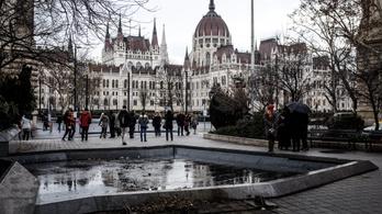 Elbontották a Nagy Imre-szobrot a Vértanúk teréről