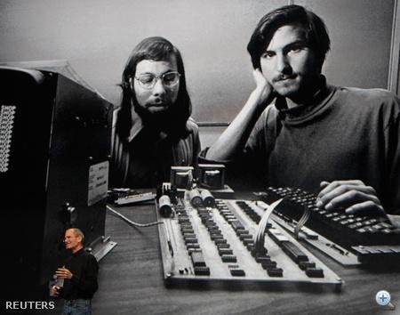 Steve Jobs és Steve Wozniak. Jobs vele és Ronald Wayne-nel közösen alapította 1976-ban az Apple Computert. Az első személyi számítógépük az Apple I névre hallgató, még faburkolatos berendezés volt, amelyet az 1977-ben megjelent Apple II követett.