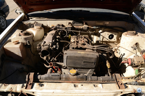 A motor porszáraz, olajfolyás nincs sehol, bár az idő múlását mi sem illusztrálja jobban, mint a négy-öt megszáradt csigaház a szelepfedélen