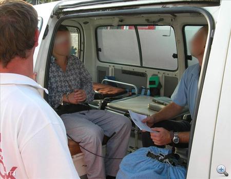 A balesetben három felügyelő és egy elítélt sérült meg