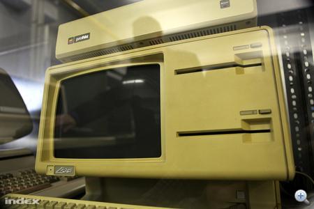 Steve Jobs egyik öröksége a múzeumban: az Apple Lisa 1983-ból. (A kompjúter Jobs lányáról lett elnevezve). Az  Apple Lisa elsők között alkalmazott teljesen grafikus operációs rendszert. Ez a példány még 5.25-ös flopit használt, ma már nagyon ritka.